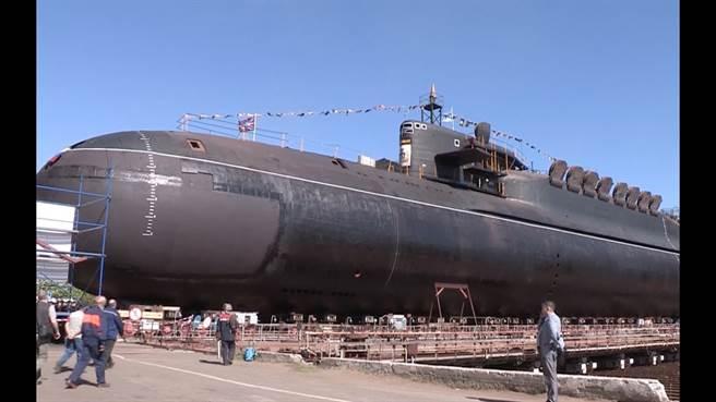 在乾塢的葉卡捷琳堡號,可見帆罩後方的龜背,與開啟的飛彈發射井。(圖/YOUTUBE)