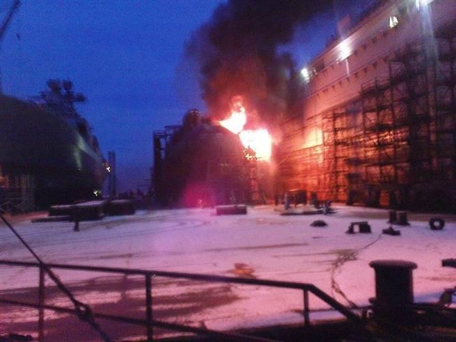 2011年,在浮動船塢裡失火的葉卡捷琳堡號。(圖/Blogger51)