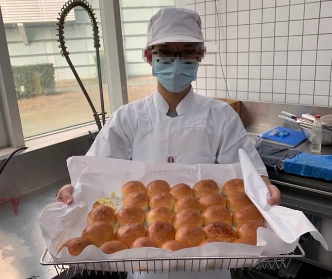 阿強參加勞動部雲嘉南分署舉辦的就業前成長團體課程,讓他還沒畢業就獲得台灣應材公司的廠內專屬烘焙師工作。(台灣應材提供/劉秀芬台南傳真)