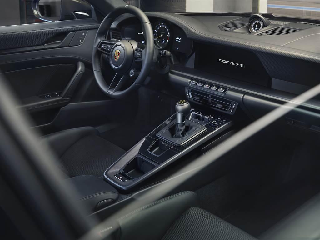 911 GT3 with Touring Packing標配手排變速箱,提供最純粹的駕馭樂趣。