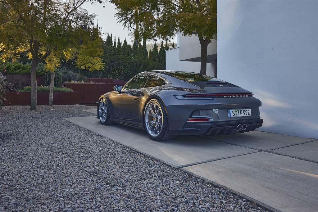 鋒芒內斂的911 GT3 with Touring Package ,在外觀上少了固定式尾翼,改以電動尾翼取代。