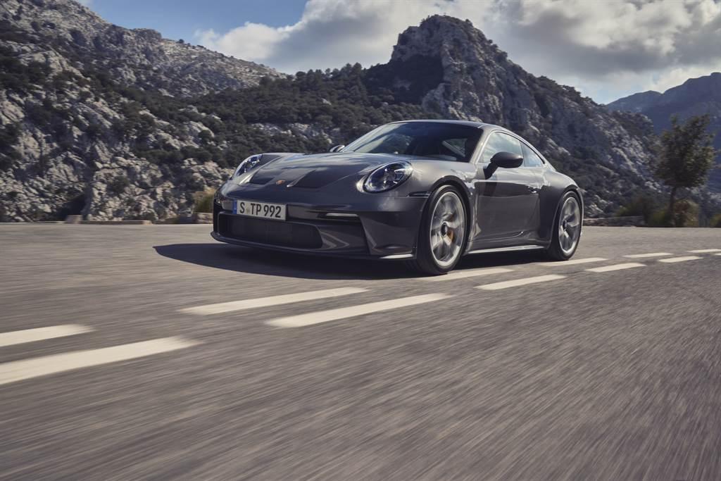 亮銀色的飾邊延伸車身兩側直至跑車式排氣尾管為911 GT3 with Touring Package一大特色。
