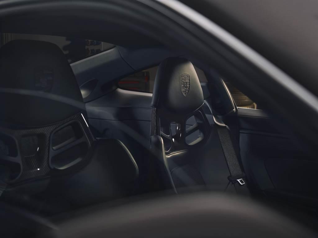 911 GT3 with Touring Package賽車桶椅座椅頭枕施以保時捷盾型徽飾印記, 展現品牌經典性能跑車氛圍。