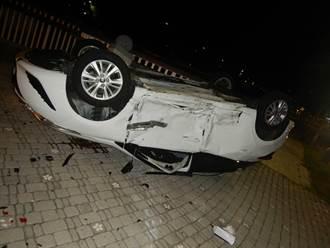 直擊》台中妹開YARIS講電話 闖紅燈整車翻躺人行道釀5傷