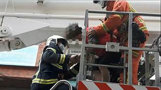 老婦爬窗逃家手握鐵窗掛5樓外 警消雲梯車動員驚險救下