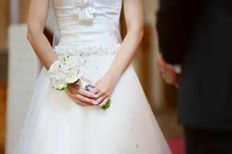 新娘走紅毯婚紗裙詭異蠕動 下秒1男人鑽出百萬網看呆