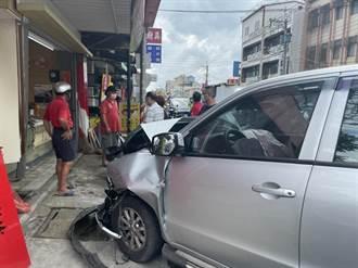 與廂型車撞擊 小貨車撞進一旁飲料店造成店員受傷