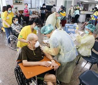 服務行動不便長照機構長者 桃園衛生所人員進駐施打疫苗