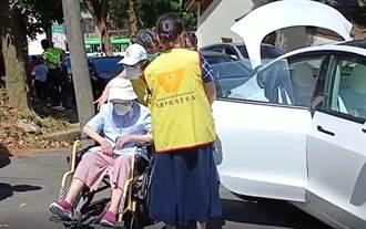 楊梅警規劃疫苗得來速 志工協助長輩打疫苗家屬免下車