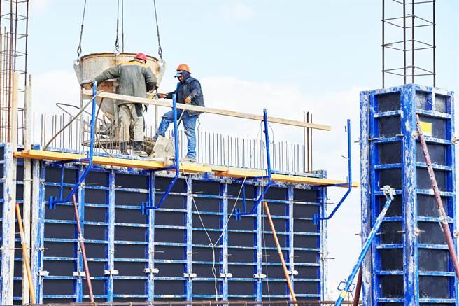 都更危老重建是一門涉及多項專業的領域,透過信賴的品牌統籌全案運作,才能讓地主放心參與重建。(示意圖/Shutterstock)
