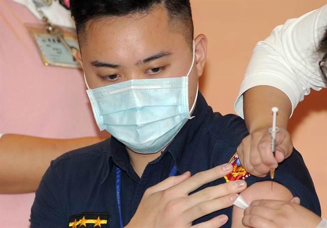 航警局安檢大隊第一隊警員陳以倫到衛生福利部桃園醫院施打疫苗。(圖/中央社/施宗暉攝)