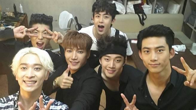 韓國男子偶像團體2PM由Jun. K、Nichkhun(圖中後)、澤演、祐榮、俊昊及燦盛6人組成。(圖/ 摘自2PM IG)