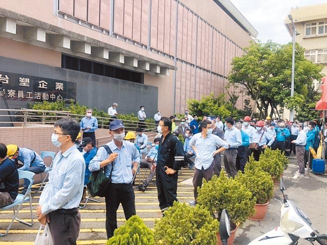 台塑麥寮六輕廠15日展開一連4天共1萬3000名員工普篩,昨上午9點,員工活動中心外圍湧入100多名員工等候。(周麗蘭攝)