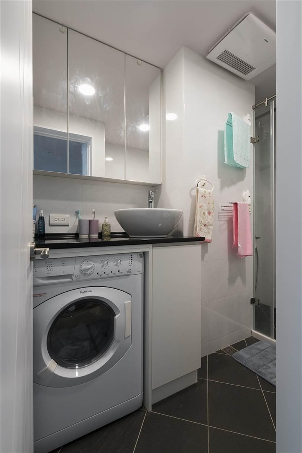 裝設暖風乾燥機,提供浴室通風、乾燥,還能烘衣服喔!(圖片提供/go收納系統櫃)