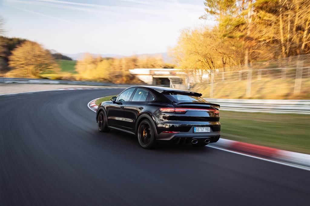 現場公證人員認定該測試車為準量產車,因此Cayenne被紐柏林官方認定為最新的同級最速車款。