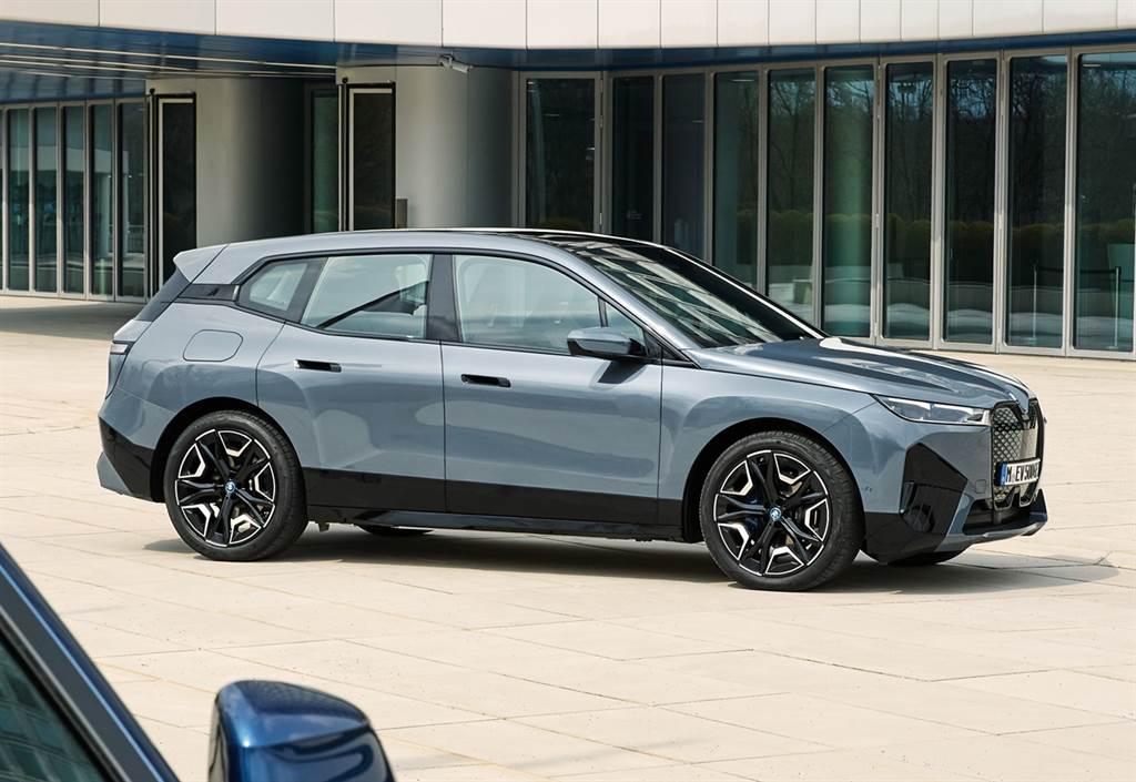 全新BMW iX豪華純電旗艦休旅揉合行雲流水的現代設計語彙,描繪大器卓越的一體化造型,車側與車尾的專屬導流設計,創造出0.25Cd優異低風阻設計,強化續航里程優勢。