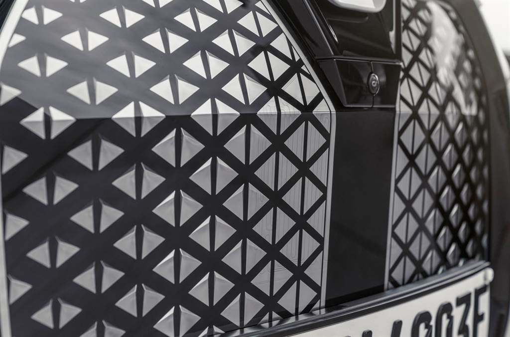 創新設計思維Shy Tech隱形科技將智慧科技在無形中完美融入,如刮傷後可於常溫24小時內或高溫5分鐘內自體修復的雙腎型水箱護罩內建攝影機與雷達等感應系統,呈現智慧與科技的象徵。