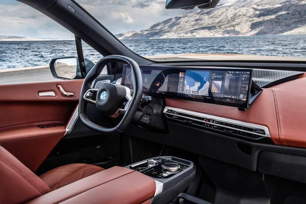 全新iX採用一體式曲面螢幕(12.3吋虛擬數位儀錶與14.9吋中控觸控螢幕),搭配全新iDrive 8人機互動介面,營造出曲面螢幕環繞的科技與豪華尊榮座艙。