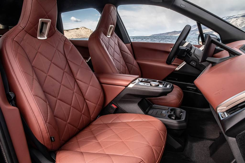 車室座艙以家居風格做為設計理念,並採用橄欖葉萃取物鞣製的Castanea真皮材質一體式真皮座椅,展現BMW重視永續理念。