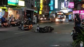 獨/高雄2騎士路中央相撞倒地 公車急煞閃過