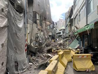 1月才塌過!高雄前今日戲院大樓拆除鷹架倒 壓毀3屋外牆