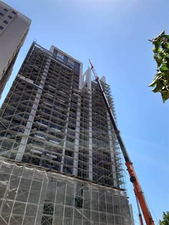 龜山驚傳工人拆鷹架疑遭強風吹落 從13樓高摔下不治