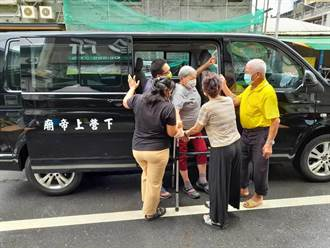 台南下營長輩接種疫苗 下營上帝廟支援專車接送