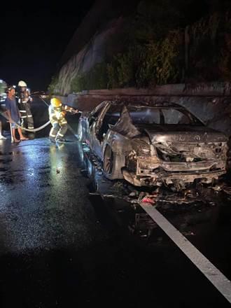台東多良段名車不明原因燒光 車上2人及時逃出無礙