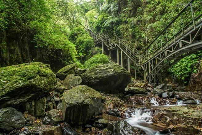 林美石磐步道內的長橋與溪谷、瀑布流水構成一幅意境山水畫。(攝影:行遍天下)