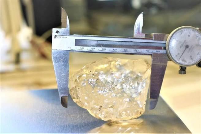 這枚史上第3大的鑽石原石,長度達到73公釐。(圖/路透社)