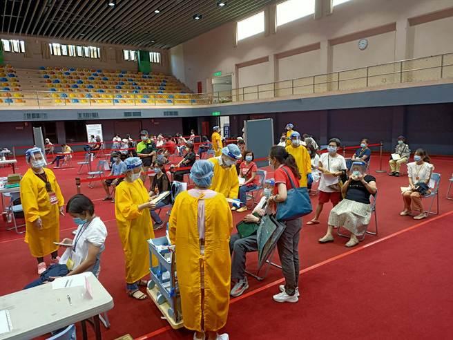 設在宜蘭運動公園體育館的宜蘭縣溪北疫苗接種中心效仿日本「宇美町式」安排,以「醫護人員移 動、患者不動」的方式幫民眾接種疫苗。(胡健森攝)