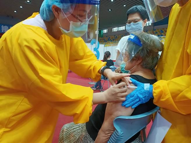 醫護人員依序幫民眾施打疫苗,秩序相當良好。(胡健森攝)