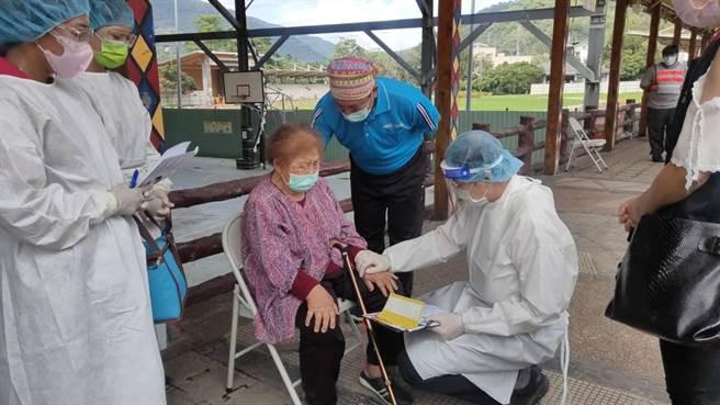 桃源山區17日持續進行75歲以上長者AZ疫苗施打,有一名杜吳女士非常害怕打針,最後由醫療團隊及復興里江里長陪她一起禱告後,順利完成施打疫苗。(高市原民會提供/林雅惠傳真)