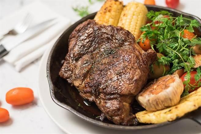 華泰飯店驢子餐廳推出「厚切美國肋眼牛排20oz」,且月底前並有四人分享餐優惠。(圖/華泰飯店)