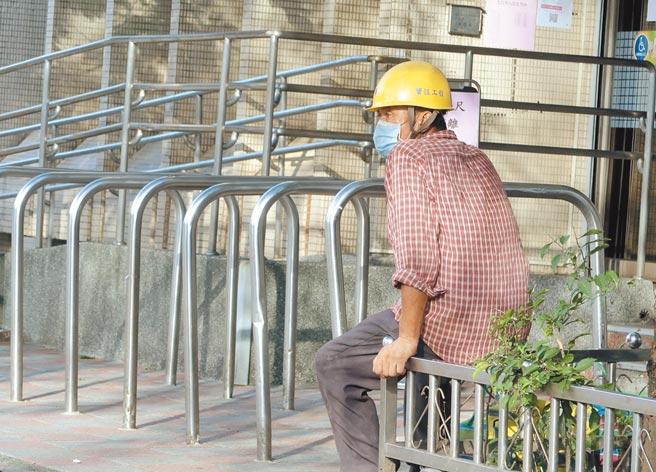 勞動部「勞工紓困貸款」開放民眾申請,在勞保局前一位勞工朋友在門外等待申請紓困貸款時,眼睛望前方。(粘耿豪攝)
