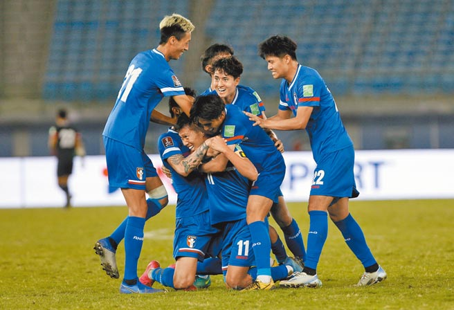 中華男足隊長吳俊青(11號)在第51分鐘頭槌頂開科威特大門,與隊友相擁慶祝。(科威特足協提供)