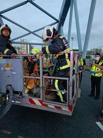 台中女攀爬4樓高拱橋 警請雲梯車成功救援