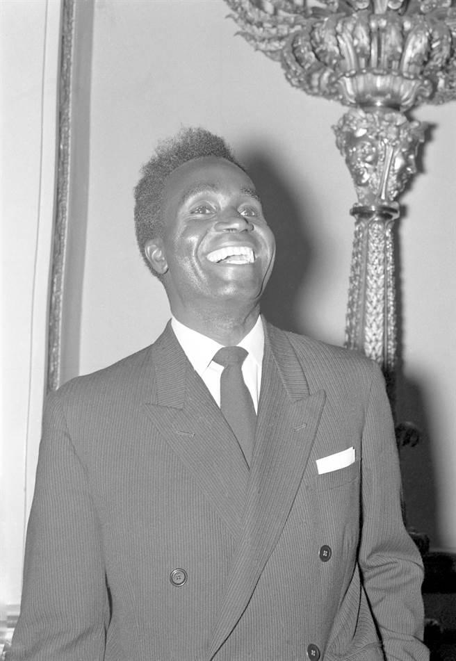 尚比亞政府宣布,幾天前因肺炎送醫治療的開國總統考恩達(Kenneth Kaunda)今天逝世,享耆壽97歲。考恩達曾推行非暴力運動,素有「非洲甘地」美名。(圖/美聯社提供)