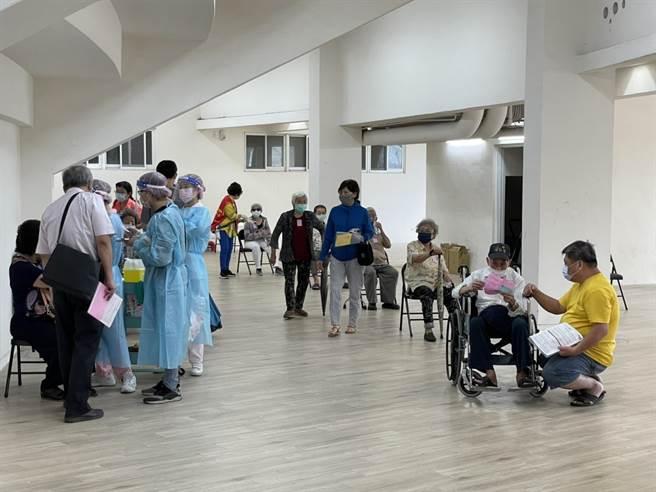 高市府原先預計規畫於鳳山協和里活動中心的接種站,臨時變陣,改在鳳山體育館位民眾提供接種服務。(洪浩軒攝)