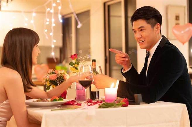 阿布劇中準備燭光晚餐宣示主權。(TVBS提供)