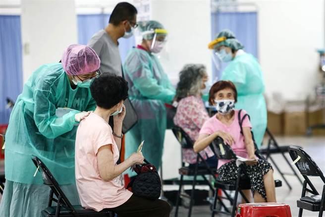 吳昌騰醫師建議長者必須接種2劑疫苗,才能讓免疫力達到最好的優化。(資料照/鄧博仁攝)