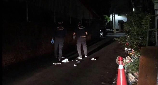 去年7月發生的台南市新營區男子陳建松殺害鄰居案,警方在現場採證。(本報資料照片)