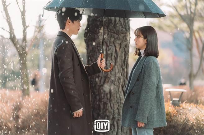 張基龍跟惠利在太陽雨中唯美重逢。(愛奇藝國際站提供)