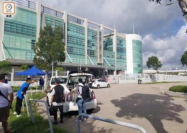 港警17日搜索香港《蘋果日報》大樓。(東網)