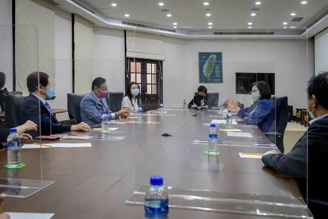 蔡總統下午會見台積電董事長劉德音先生、鴻海集團創辦人郭台銘先生。(圖/總統府提供)