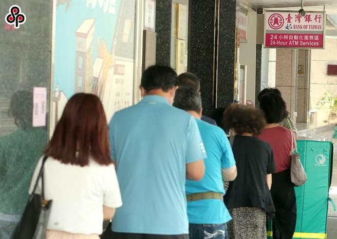 為減低疫情對勞工生活之衝擊,勞動部從6月15日開辦「勞工紓困貸款」。(報系資料照)