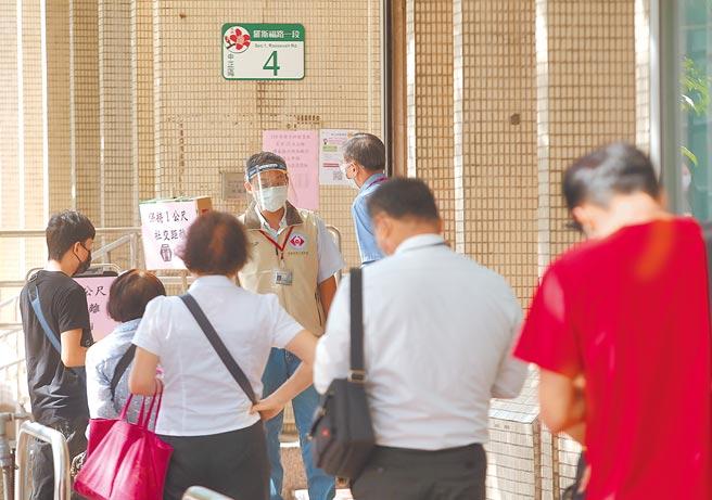 勞動部「勞工紓困貸款」於6月15日開放民眾申請,17日一早,就有申請紓困貸款的民眾前來勞保局排隊。(粘耿豪攝)