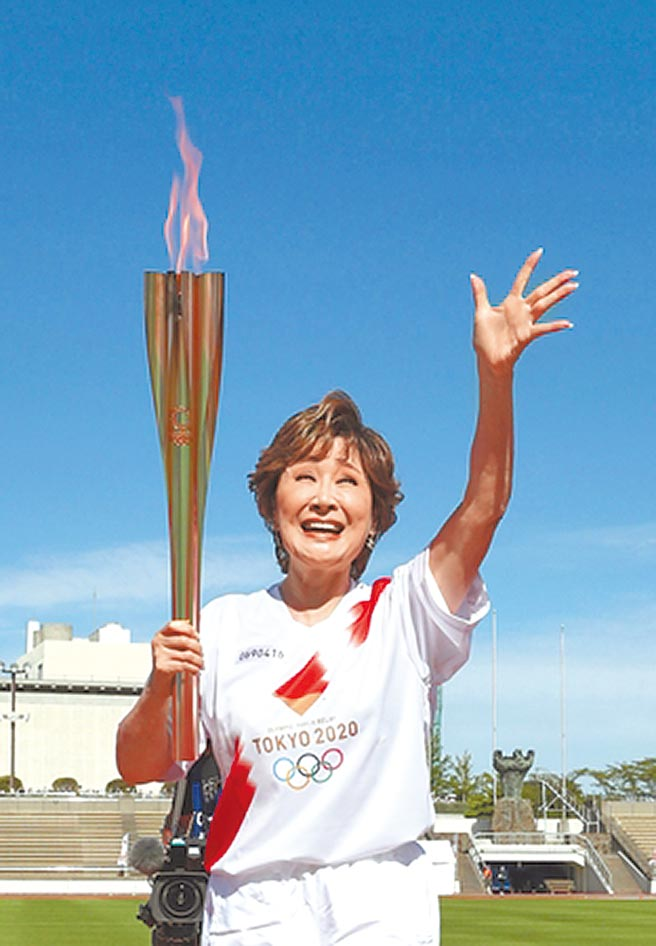 歌手小林幸子代表家鄉新潟傳遞奧運聖火。(摘自新潟日報)