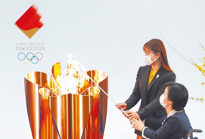 石原聰美(左)今年3月為東奧點燃聖火。(路透)