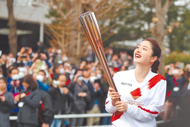 石原聰美為2020東京奧運聖火傳遞形象大使,去年開心為傳遞聖火綵排。(新華社資料照片)